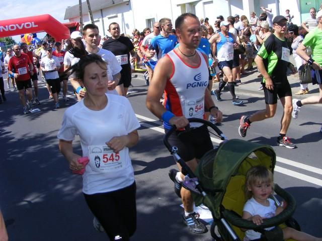 Na starcie półmaratonu pojawili się biegacze krajowej czołówki, ale także biegające małżeństwa  z małymi dziećmi