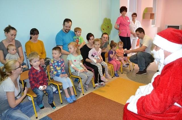 Święty Mikołaj na oddziale pediatrycznym [ZDJĘCIA]