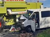 Zderzenie busa z kombajnem w miejscowości Szadek. Dwie osoby trafiły do szpitala ZDJĘCIA