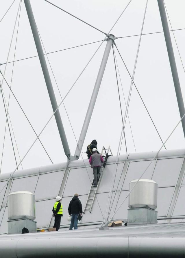 Do niedzieli robotnicy powinni zakończyć wszystkie prace przy uszczelnianiu dachu