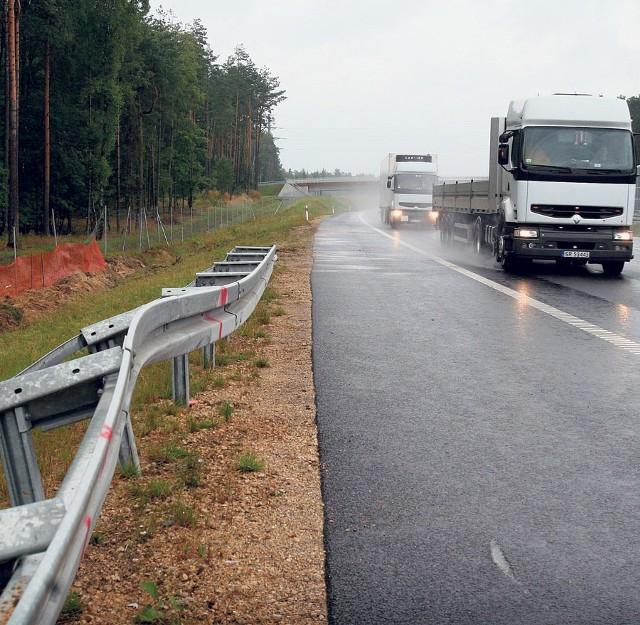 Na autostradzie widać jeszcze wygięte po wypadku barierki
