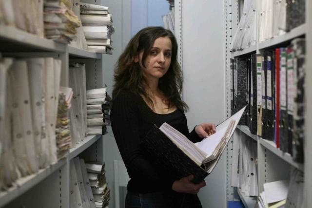 Monika Pleszek wykonuje prace społecznie użyteczne  w archiwum dąbrowskiego MOPS-u