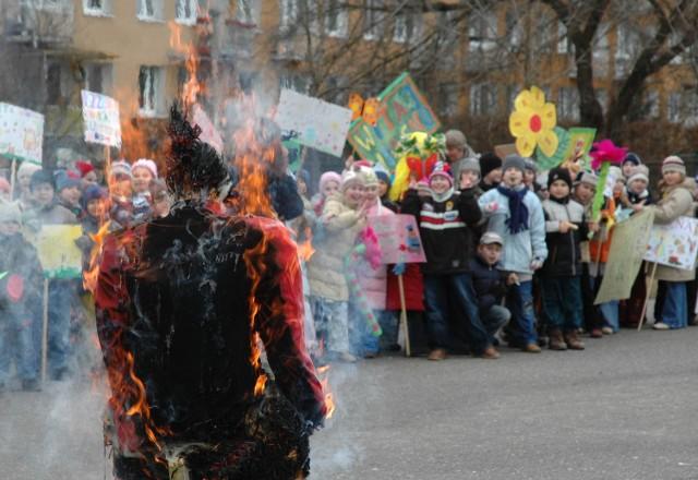 Tradycją witania wiosny jest topienie lub (jak na zdjęciu) palenie marzanny