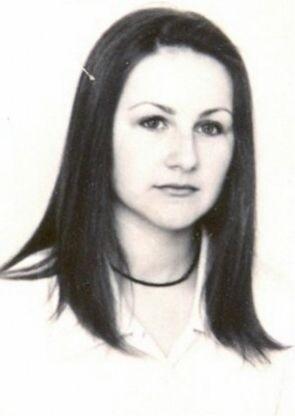 Iwona Kamińska. Zaginęła 13 lipca 2000 r. Około godz. 16 po skończonej pracy w sklepie w Londynie - Wielka Brytania, nie powróciła do wynajmowanego mieszkania. Pochodzi z Janowa Lubelskiego. Ma 32 lata. Wzrost 156-160cm, sylwetka szczupła, wysmukła, waga do 49 kg, włosy ciemne, twarz owalna, nos prostolinijny, uszy średnie, uzębienie pełne.