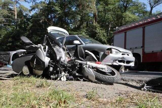 Tragiczne zderzenie samochodu osobowego i motocykli.