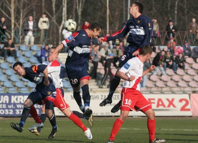 Mecz Odry Wodzisław (granatowe stroje) z Piastem Gliwice będzie ostatnią derbową potyczką w tym sezonie. Do tej pory śląskie drużyny rozegrały między sobą w ekstraklasie 19 spotkań