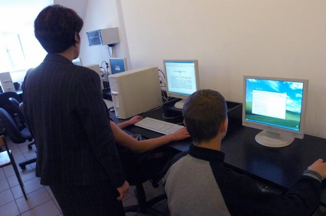 Prawie 10 tysięcy uczniów z 35 wielkopolskich powiatów zostało objętych nowym projektem edukacyjnym. Komputery zamiast książek, tablety zamiast zeszytów...