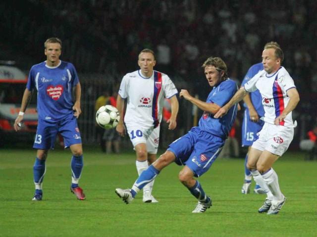 W rundzie jesiennej w Chorzowie Ruch (niebieskie stroje) wygrał z Polonią 2:1, choć  bytomianie prowadzili 1:0
