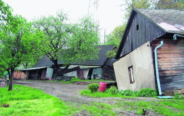 Gospodarstwo zniszczone przez osuwisko w Rożnowie