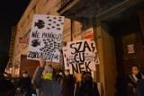Strajk Kobiet w Tomaszowie. Protestowali w obronie praw kobiet, policja skutecznie uniemożliwiła przejście przez miasto [ZDJĘCIA, FILM]