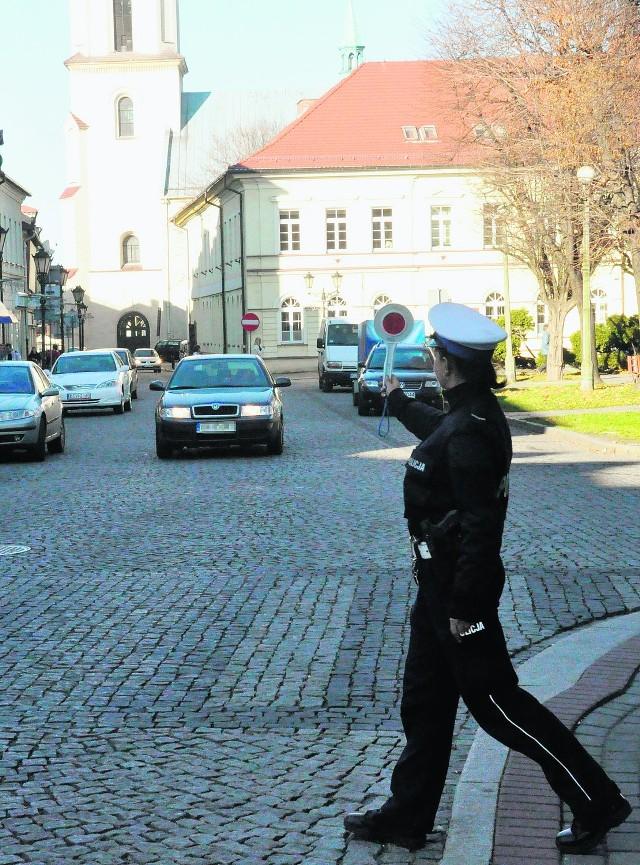 """Wspólna akcja """"Gazety Krakowskiej"""" i drogówki wykazała, że kierowcy nie mają pojęcia, jak  należy jeździć po Rynku"""