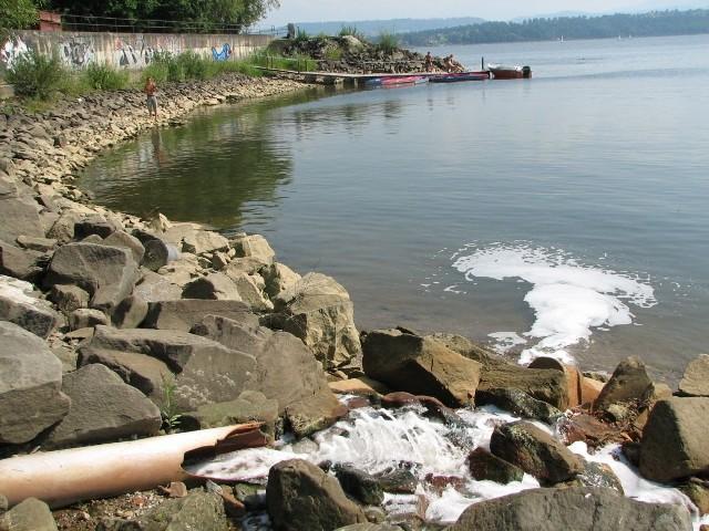 Z tej rury do jeziora wpadają nieczystości z oczyszczalni