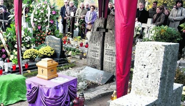 Stanisław Lenartowicz został pochowany na cmentarzu parafialnym przy ul. Smętnej