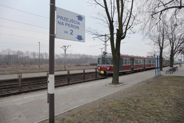 Podróżni na Widzewie są kierowani na peron górą lub dołem