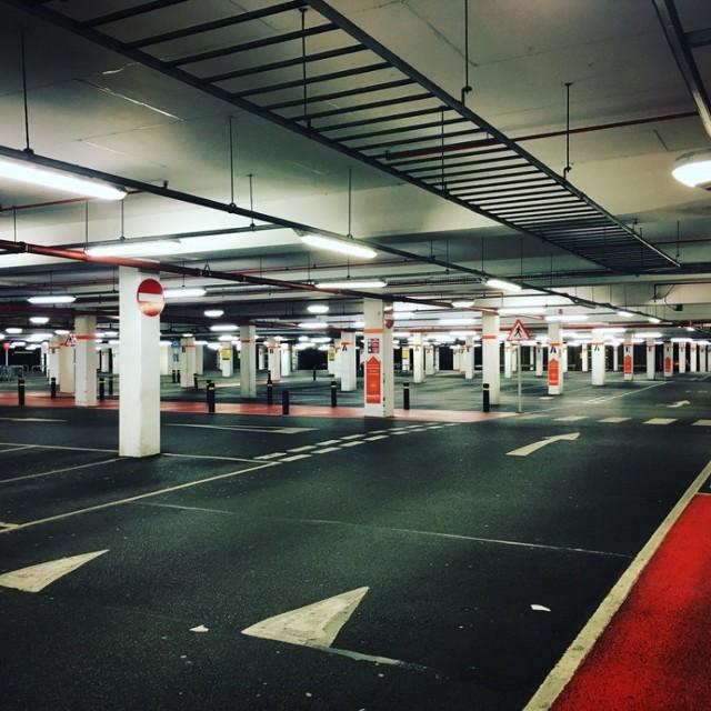 Wielu warszawiaków skarży się na brak miejsc postojowych. Miasto zaproponowało mieszkańcom Woli, Ochoty i Mokotowa budowę trzech nowych parkingów, na których znalazłoby się miejsce łącznie dla ponad tysiąca samochodów. Jak na ten pomysł zareagowali mieszkańcy?