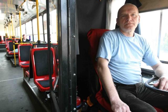 Waldemar Kijewski kieruje autobusem w Sosnowcu.  Zgodnie z unijnymi wytycznymi od pasażerów nie dzieli go kabina