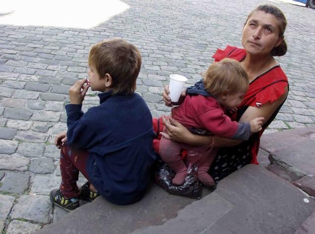Dzieci żebrzące na ulicach mogą i powinny znaleźć miejsce w rodzinach zastępczych