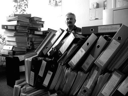Dyrektor Grzybowski nie przesadza mówiąc o powodzi teczek. Foto: JAKUB MORKOWSKI