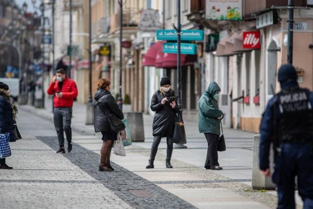 Białystok lada dzień może trafić do czerwonej strefy najbardziej zagrożonej koronawirusem. To pokłosie znacznego wzrostu zakażeń wirusem COVID-19 w ostatnim czasie. Czy w czwartek Ministerstwo Zdrowia ogłosi, że Białystok od 17 października znajdzie się w strefie czerwonej i będą jeszcze większe obostrzenia?