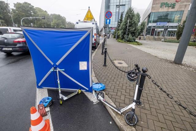 Wypadek w centrum Poznania? Parawan, obok rozbita hulajnoga i pracujący policjanci. Co się stało przy ulicy Królowej Jadwigi?   Przejdź dalej --->
