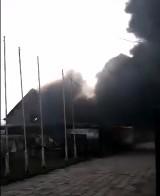 Pożar opon w Cedrach Wielkich. Gęsty, czarny dym zawisł nad miejscowością i DW 227 |ZDJĘCIA