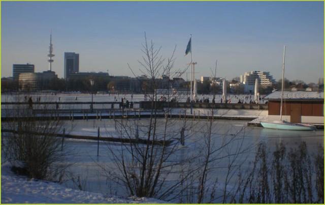 Przystań żeglowa, w tle wieża telewizyjna w Hamburgu. Fot. Andrzej Szelbracikowski