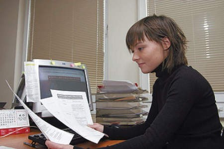 Julia Stawska wprowadza nowe oferty pracy do internetowej giełdy.