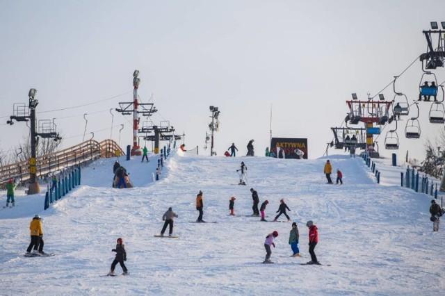 """Po leniwych świętach przy suto zastawionym stole warto się trochę poruszać. Do aktywności sportowej zachęca nas miasto, rokrocznie organizując akcję """"Rusz się Warszawo po świętach"""". W dniach 27-31 grudnia bezpłatnie na Kartę Warszawiaka] i Kartę Młodego Warszawiaka będzie można wejść na miejskie pływalnie, lodowiska, siłownie, a nawet na stoki narciarskie.  Listę miejsc biorących w akcji znajdziecie tutaj"""