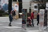 Pierwszy dzień świąt w Kielcach. Wielu spacerowiczów w centrum, przyciągają... monolity [ZDJĘCIA]