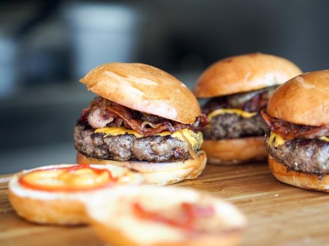 Restauracja oferuje następujące zniżki:  -50% na żeberka BBQ do burgera, -50% na skrzydełka do burgera,GRATIS piwo do burgera, GRATIS piwo do pulled pork,3 grzańce w cenie 2,GRATIS chilli con carne do 2 burgerów,GRATIS frytki do burgera, GRATIS frytki do pulled pork