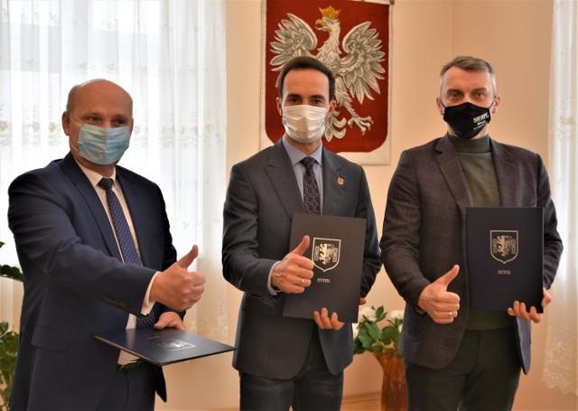 Burmistrzowie Brodnicy, Rypina i Sierpca podpisali w środę, 10 lutego deklarację o współpracy i podjęciu wspólnych działań na rzecz reaktywacji ruchu pasażerskiego na linii kolejowej nr 33