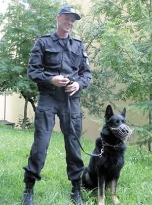 Radiol ze swym przewodnikiem, młodszym aspirantem Jackiem Gwizdałą. To on znalazł  zaginionego pacjenta<p>Fot. Agnieszka FILIPOWICZ