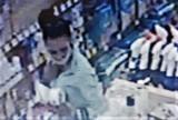 WSCHOWA. Szuka jej policja: ze sklepu przy ulicy Moniuszki wyniosła kosmetyki i nie zapłaciła za nie. Rozpoznajecie ją? [ZDJĘCIA]