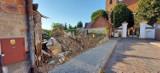 Dom przy ul. Wawrzyniaka w Śremie już nie tylko bez dachu, ale i ścian. Znika mały fragment prawobrzeżnego miasta