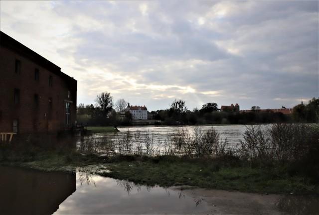 Poziom wody w Odrze w Brzegu nadal przekracza sześć metrów. Na szczęście rzeka powoli opada.