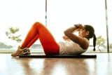 Nie masz czasu na ćwiczenia? Te zajmą Ci dosłownie kilka minut! Szybkie i proste ćwiczenia, które możesz wykonać nawet przed telewizorem