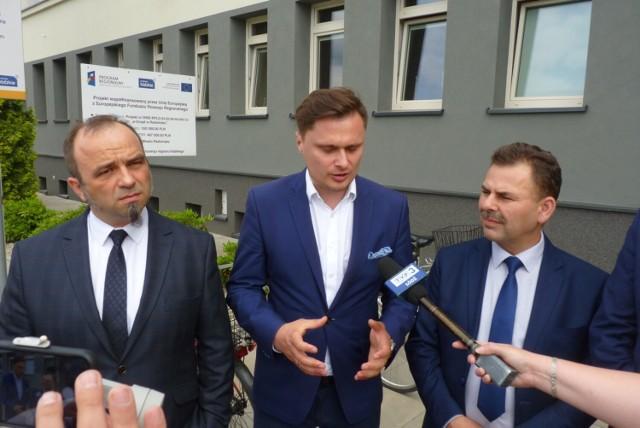 Od lewej: Tomasz Ślęzakiewicz, prezes SIM Łódzkie, wicewojewoda Krzysztof Ciecióra, Mirosław Dratwiński, przewodniczący rady nadzorczej SIM Łódzkie