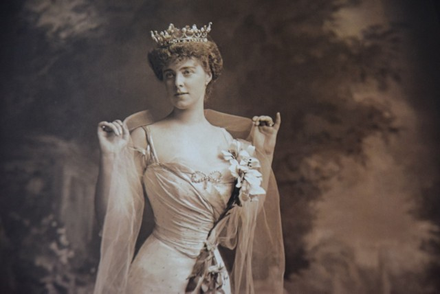 Księżna Daisy von Pless  (29 grudnia 1897) w stroju królowej Saby, w którym wystąpiła na balu kostiumowym zorganizowanym na diamentowy jubileusz  królowej Wiktorii. Zdjęcie z kalendarza wydanego przez Muzeum Zamkowe w Pszczynie a rok 2007