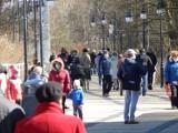 Wielkanoc w Ustce. Tłum spacerowiczów na promenadzie i plaży