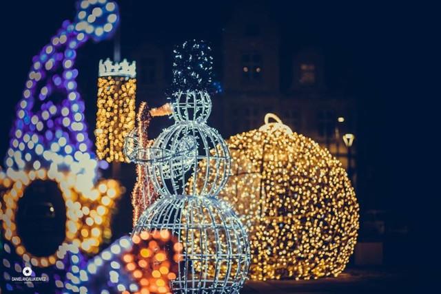 Dziesiątki tysięcy światełek i ozdób na rynku wokół ratusza wprowadzają mieszkańców Skwierzyny w świąteczny nastrój.