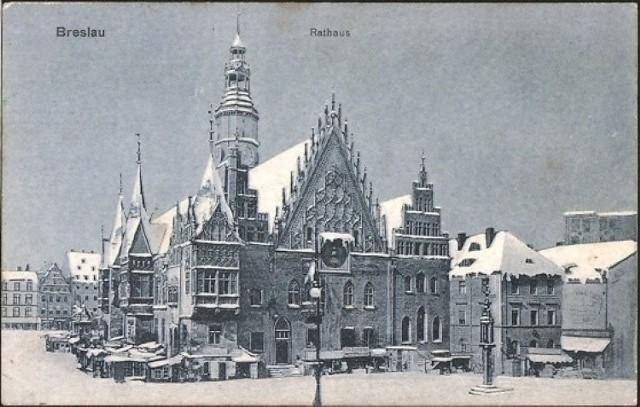 Na co dzień te unikatowe pocztówki z przedwojennego Wrocławia znajdują się w zbiorach Muzeum Miejskiego Wrocławia. Nie można ich zobaczyć na żadnej z wystaw, ale dzięki uprzejmości Muzeum, możecie je Państwo podziwiać u nas. Zapraszamy do oglądania galerii zdjęć!