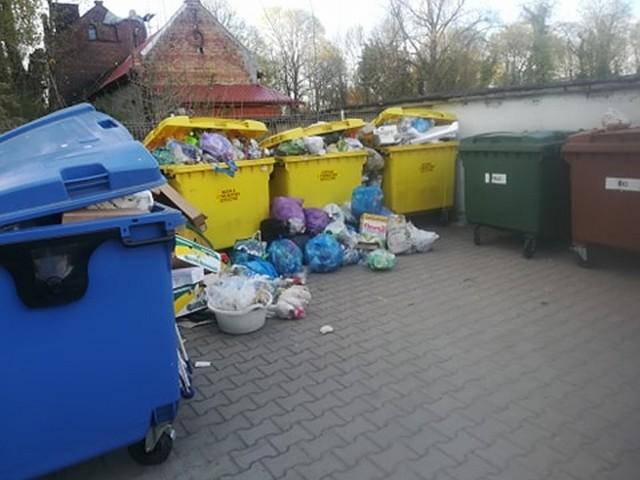 Mieszkańcy zastawili autami dojazd do śmietnika