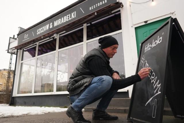 Pierwsze bary, kawiarnie i restauracje otworzyły się w Poznaniu już w połowie stycznia 2021. Co kilka dni na mapie otwartych lokali pojawiają się nowe miejsca. Jedne działają legalnie, zmieniając się np. w przestrzenie coworkingowe, inne otwierają się na znak buntu i z obawy przed bankructwem. W niektórych lokalach wymagana jest wcześniejsza rezerwacja. Sprawdziliśmy, gdzie można zjeść w Poznaniu w trakcie lockdownu.   Lista otwartych restauracji i kawiarni, których właściciele oficjalnie ogłosili ponowne otwarcie --->