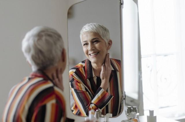 Te metamorfozy kobiet pokazują, że makijaż odmładzający potrafi dodatkowo wywołać uśmiech na twarzy i podnieść samoocenę. Jak się malować, aby się odmłodzić nawet o 10 czy 15 lat?