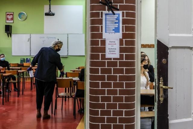 Powiat bolesławiecki najlepszy.  Zdawalność 82%,  język polski podstawowy -  97%,  język angielski podstawowy -  96%,  matematyka podstawowa -  84%