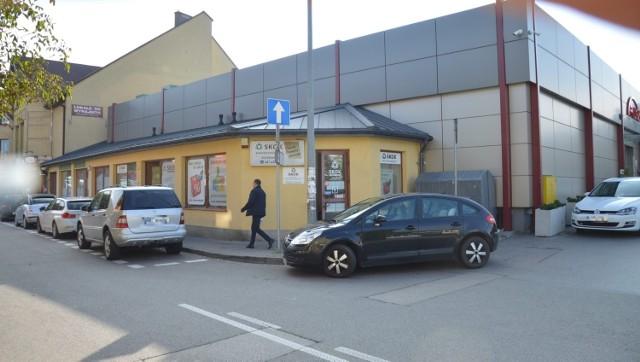 Policja w Bochni szuka sprawcy napadu na jeden z punktów bankowych w mieście, doszło do niego 20.09.2021