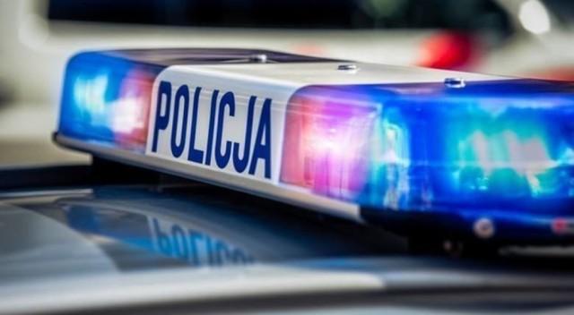 21-latek stracił panowanie nad pojazdem i uderzył w barierki ochronne.
