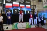 """Ponad 500 karateków zaprezentowało się w hali """"Trójki"""" podczas Central Poland Open. Pleszewski Klub Karate wygrał klasyfikację medalową"""