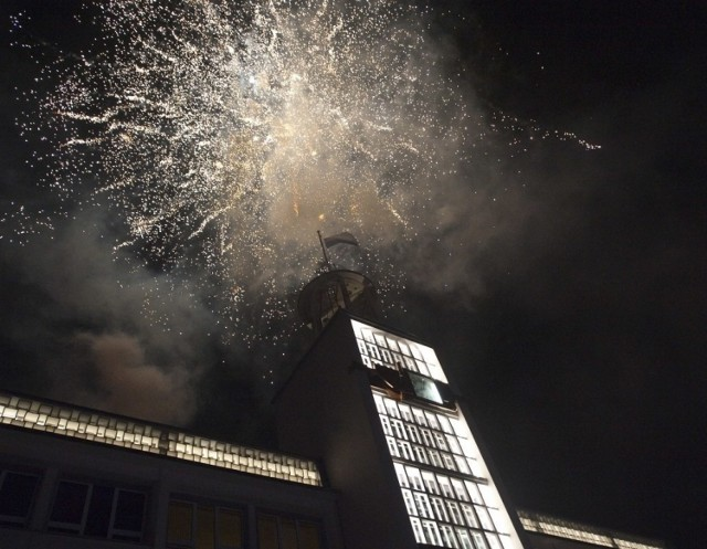 Odpalanie fajerwerków nie jest niezbędną potrzebą, która uzasadnia wyjście z domu. Nie jest to jednak zabronione na prywatnym podwórku przy własnej posesji.