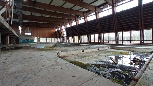 Opuszczony basen pod Opolem. Miał być wielki kompleks, jest ruina